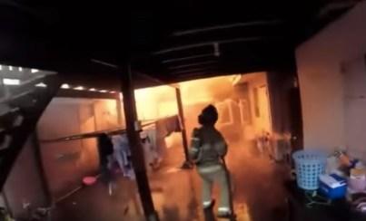 火に包まれた室内に突入