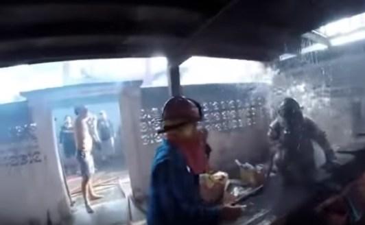 頭から水をかける消防隊員
