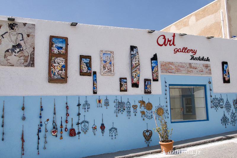 sous le charme des petits villages de Santorin.