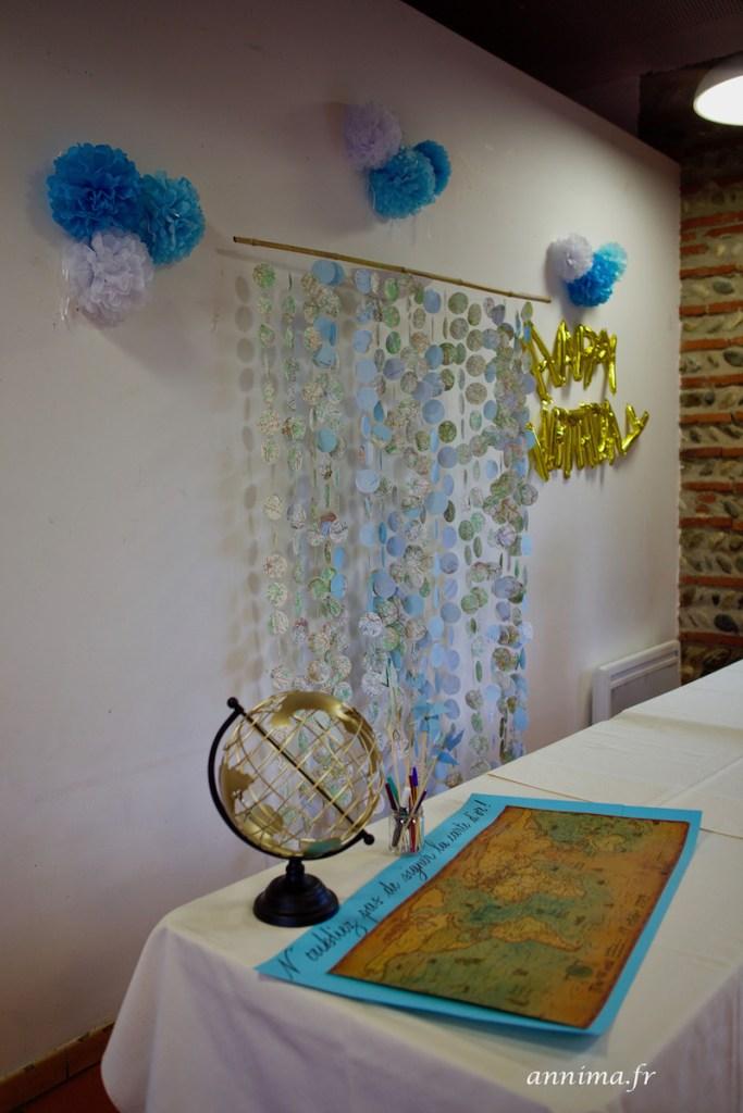 Décoration d'anniversaire sur le thème du voyage.