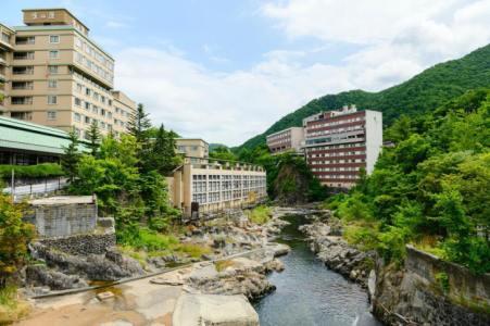 【2021年版】安く泊まれる定山渓温泉旅館おすすめ10選【北海道滞在者が徹底紹介】タイプ別・豪華なのにコスパ◎な施設など