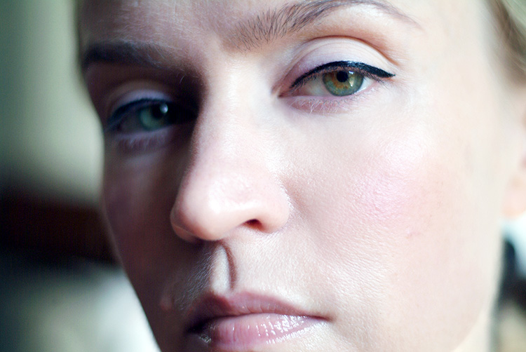 Beauty reviews by style blogger AnnRobieFashion: Liquid Eyeliner Intensify Me, Covergirl swatch
