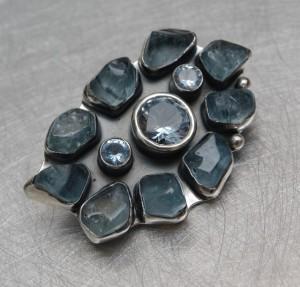 Srebrne broszkowisiory z kamieniami naturalnymi
