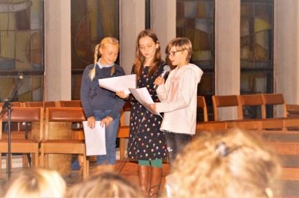 Lotje, Kaat en Jade lezen een gedicht dat ze schreven tijdens een schrijfworkshop, o.l.v. Ann.