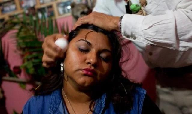 Au Mexique, les guérisseurs locaux organisent souvent des rituels avec un œuf.