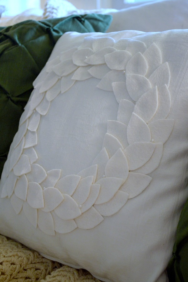 No-Sew DIY Felt Wreath Pillow for Christmas
