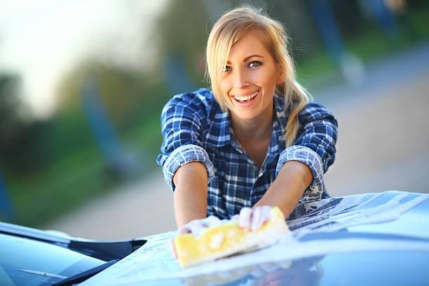 gadis cantik mencuci mobil