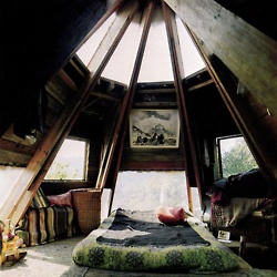 How cool is this bedroom? And who has the architectural skills and tidy teenager to achieve something like this?