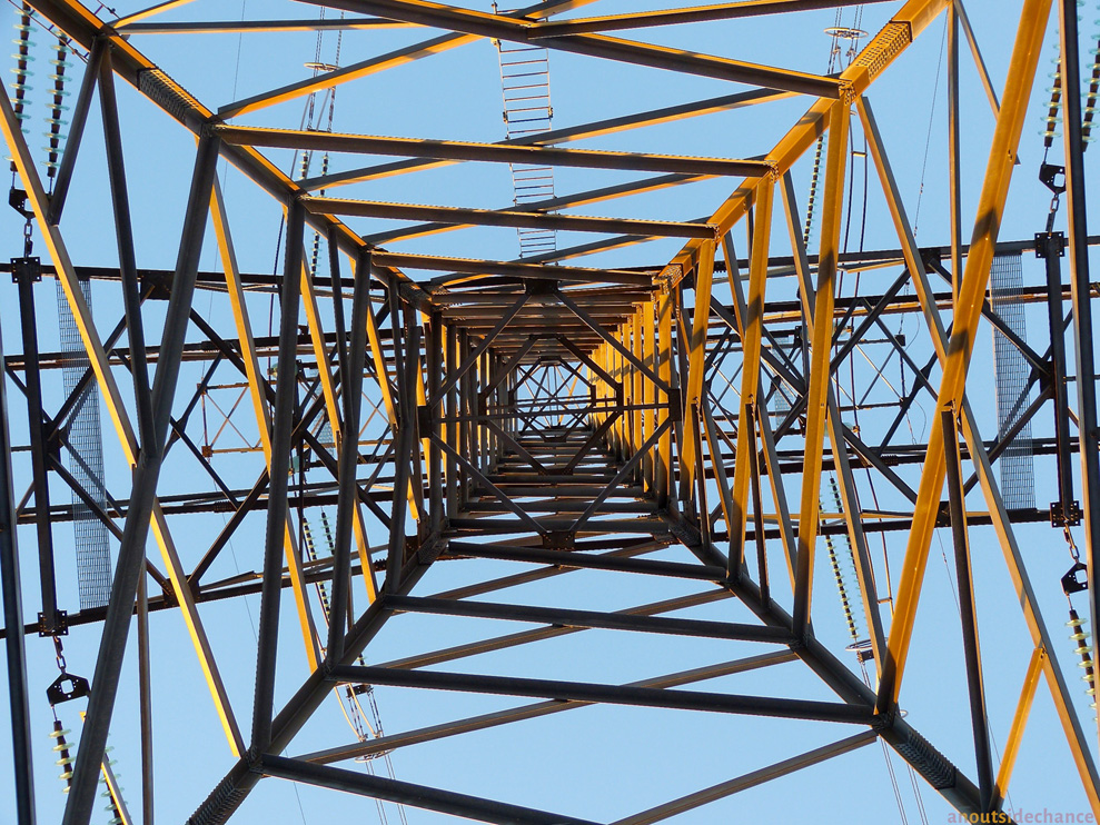 High-voltage transmission line pylon