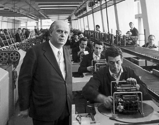 Adriano Olivetti nella sua fabbrica comunitaria