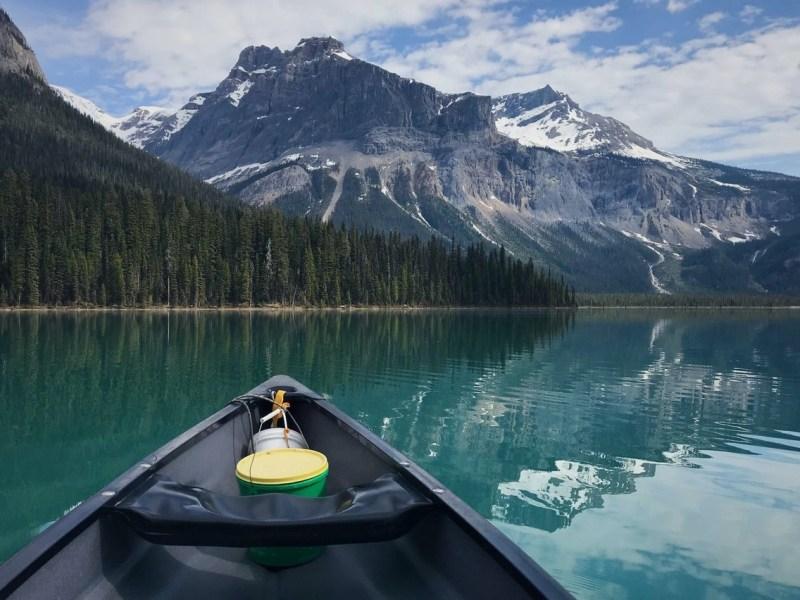 barca naviga in lago di montagna