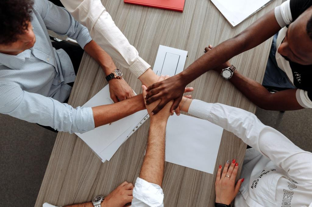 professionisti stringono le mani in segno di accordo - Investimenti ESG sostenibili