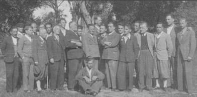 Gruppo di internati nel giardino di Villa Giustiniani Bandini
