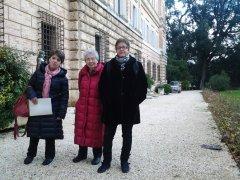 Helga Feldner nel giardino di Villa Giustiniani Bandini, insieme alla nipote Laura e a Giovanna Salvucci