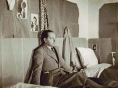 Renzo Bonfiglioli nel suo alloggio presso il Campo di Internamento di Urbisaglia