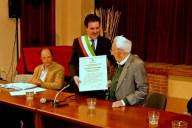 01_Paolo Giubileo consegna a Giuseppe Viterbo la motivazione della cittadinanza onoraria