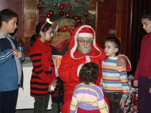 Mos Craciun imparte cadouri copiilor