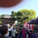 藤井寺の春季大法要「観音もちまき」(2015年)