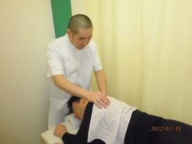 あんり治療院藤井列央の横向き肩マッサージ