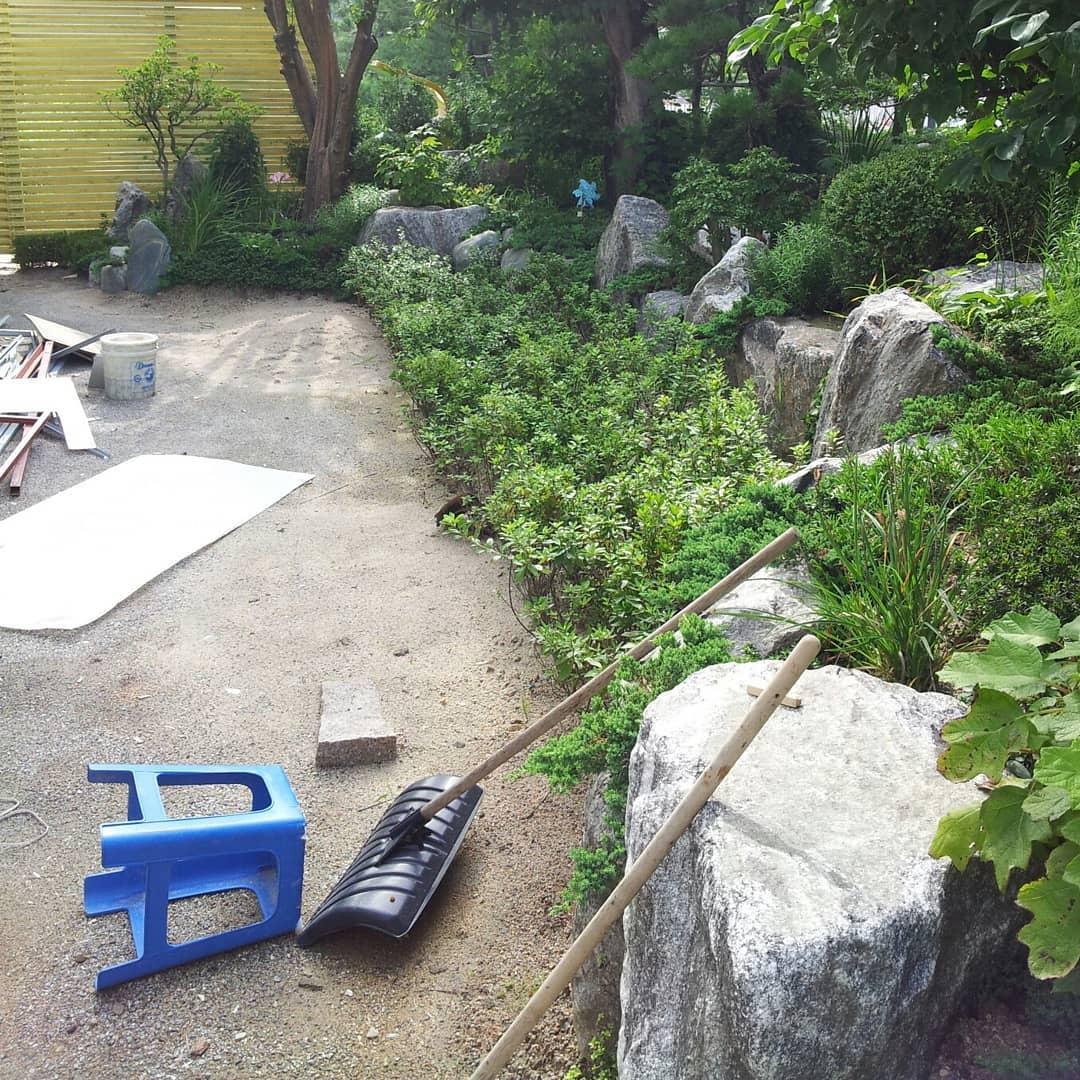 Decorazione di giardini paesaggistici utilizzando terreni nazionali