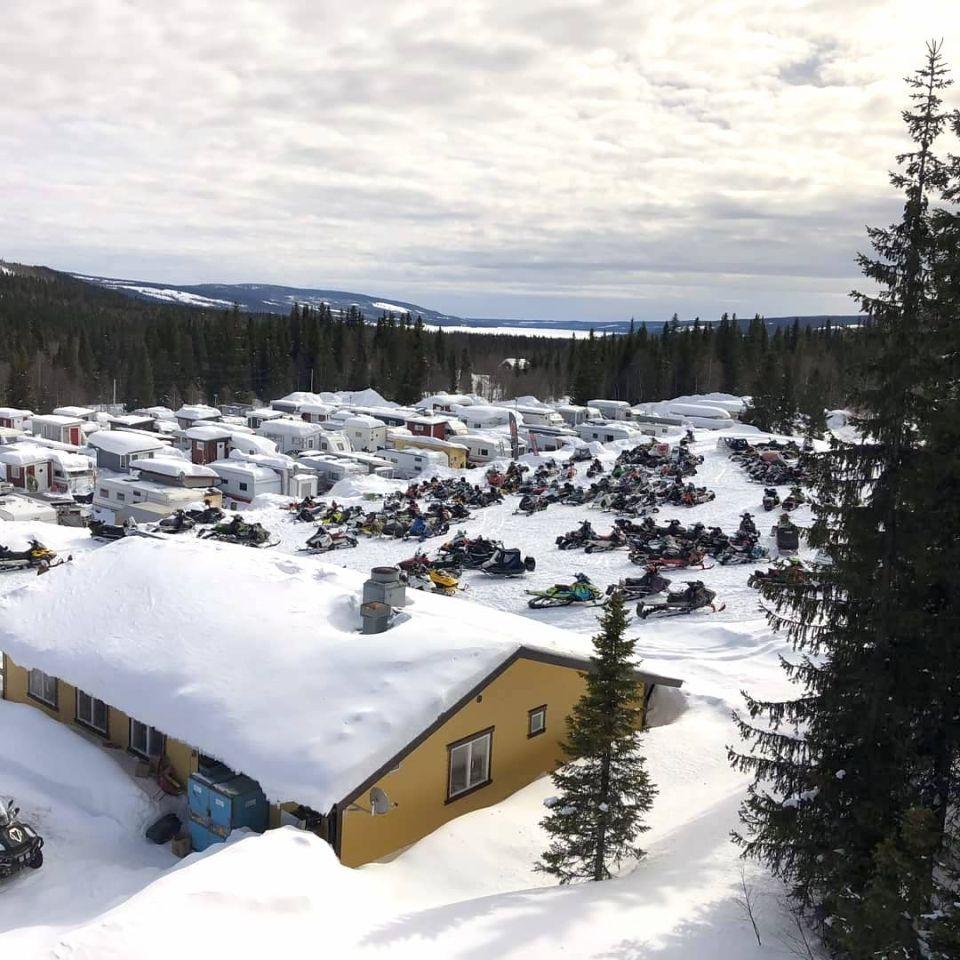Åkersjöns Camping med Restaurang Drivan, skoterparkeringen och säsongsplatserna för husvagnar.