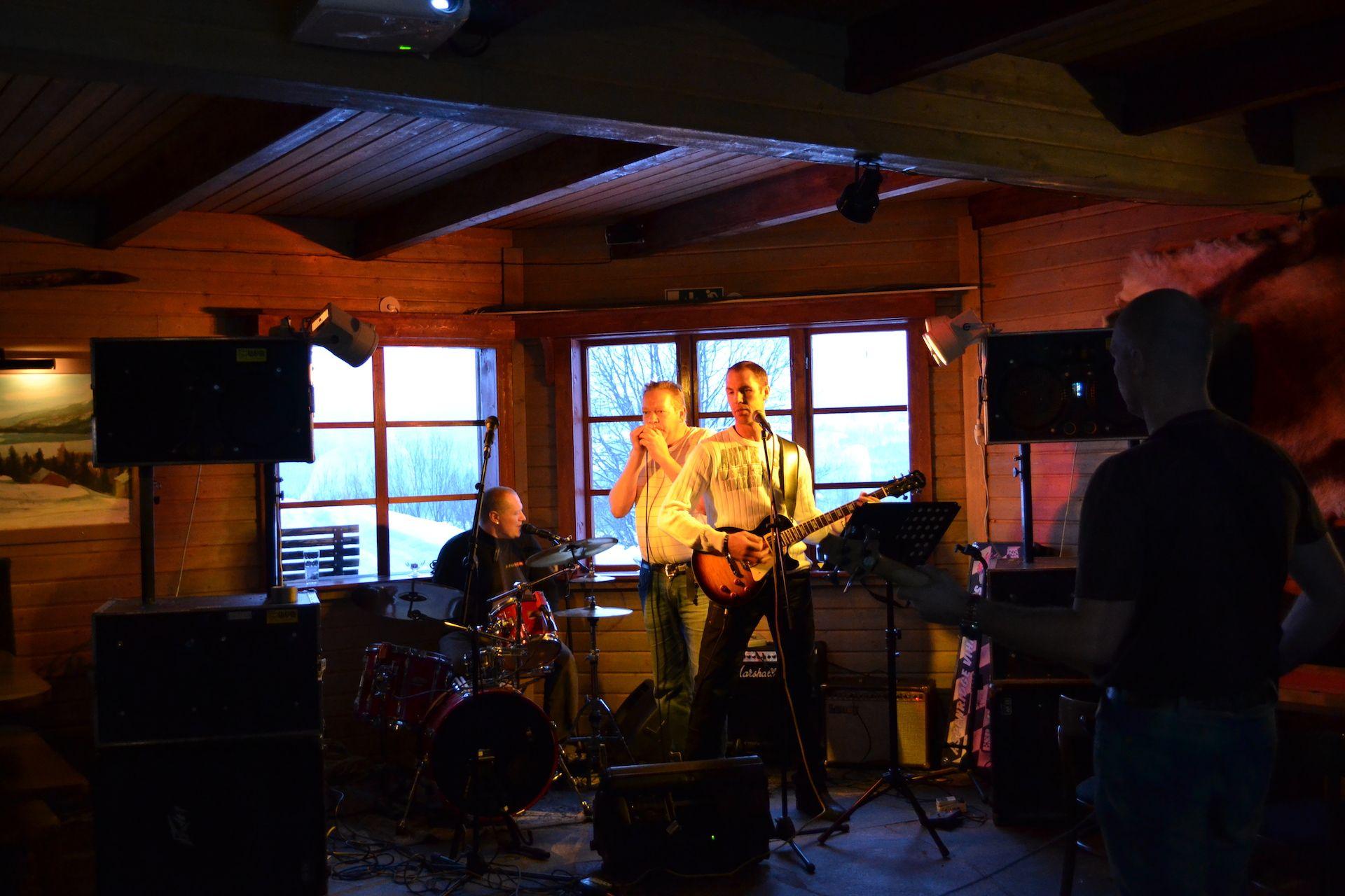 Bandet Basic på scen hos Åkersjöns Fjällhotell. Foto © flyttatillfjallen.se