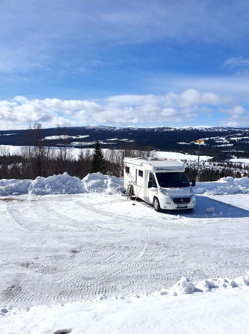 Ställplats för husbil med fjällutsikt hos Åkersjöns Fjällhotell.
