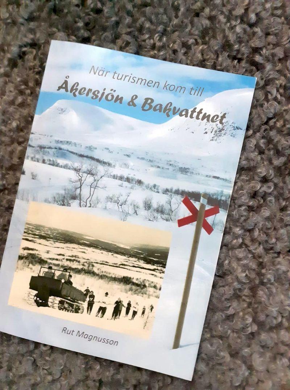 """Boken """"När turismen kom till Åkersjön & Bakvattnet"""" av Rut Magnusson"""