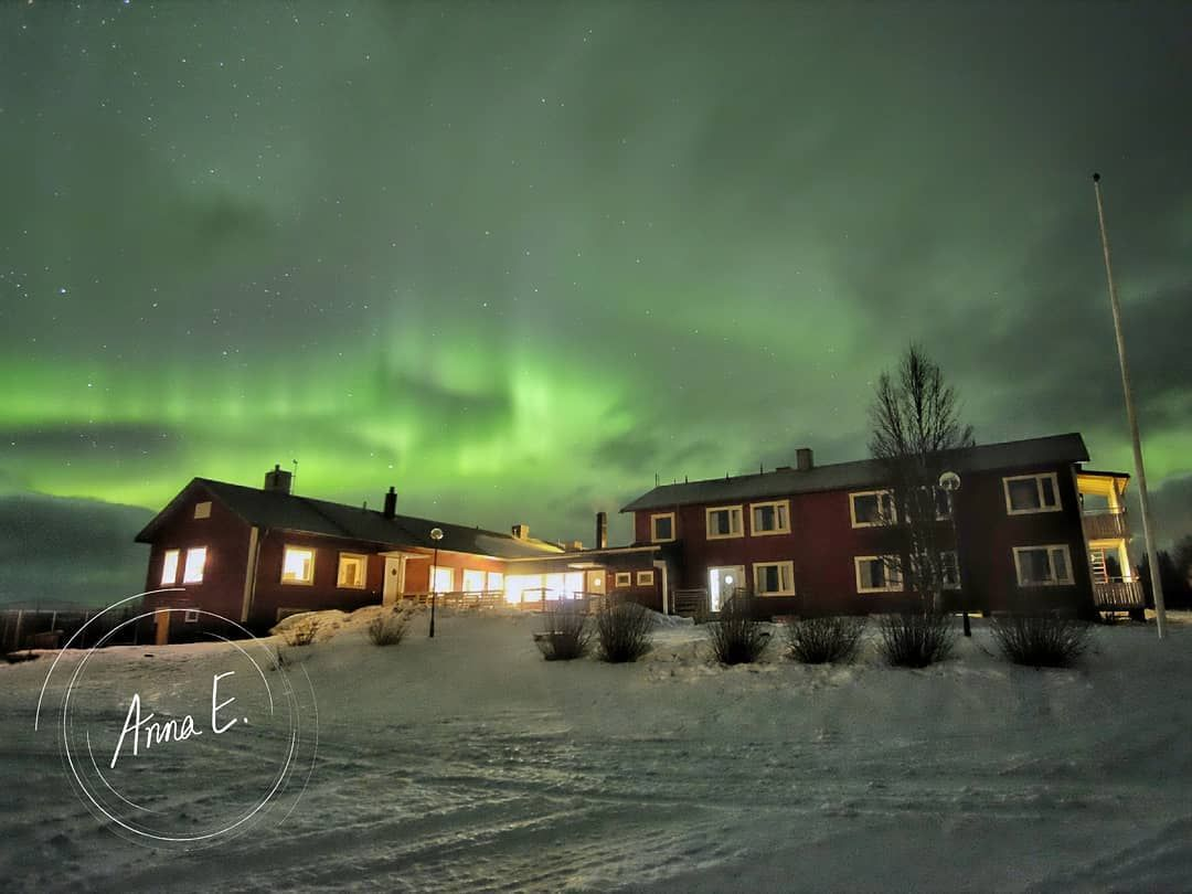Mäktigt norrsken över Jänsmässholmens Fjällhotell. Foto © Anna Elisabeth Gustafsson.