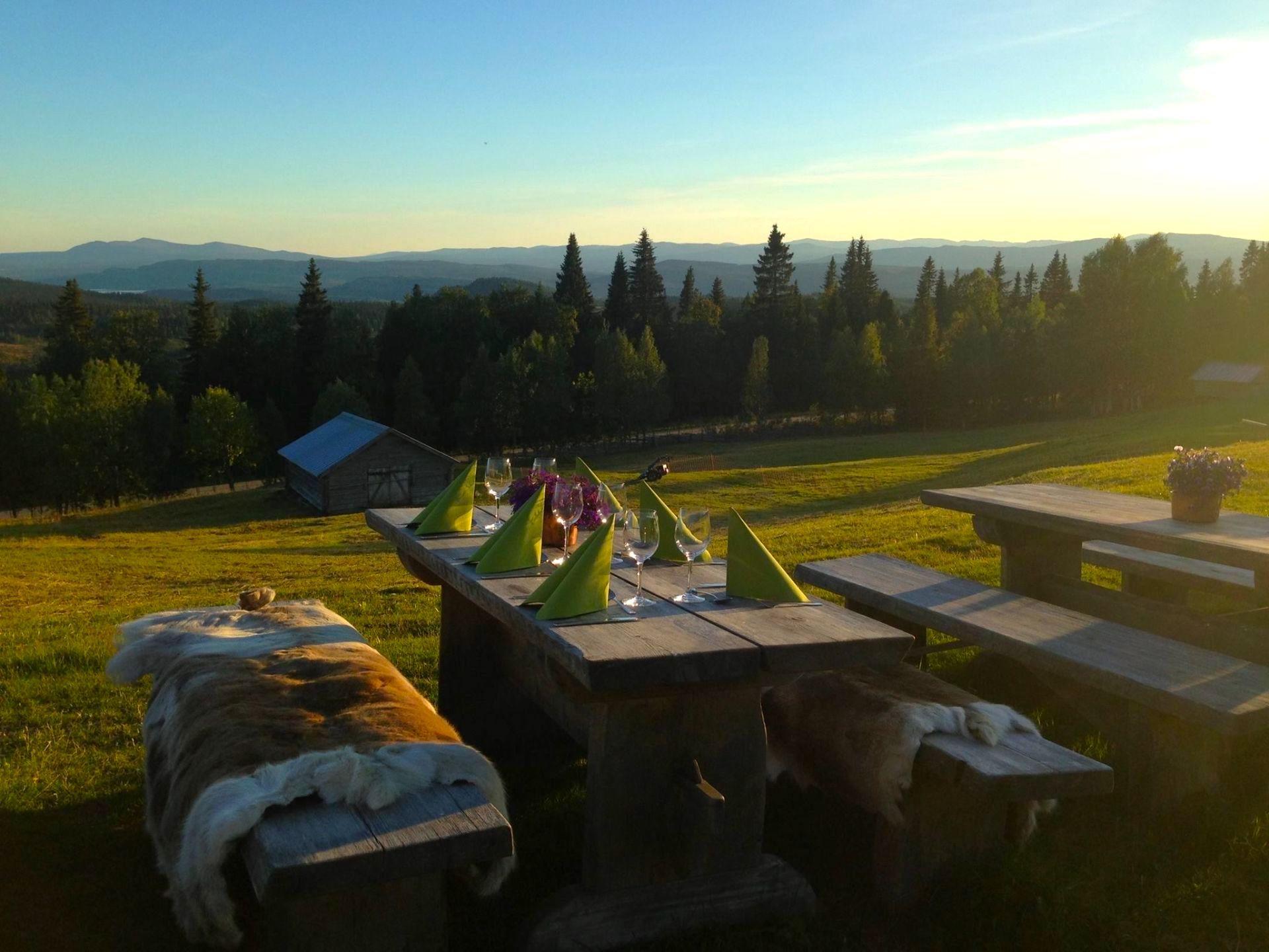 Middag med utsikt hos Myrhbodarna i Valsjöbyn. Foto © Myhrbodarna Fäbod