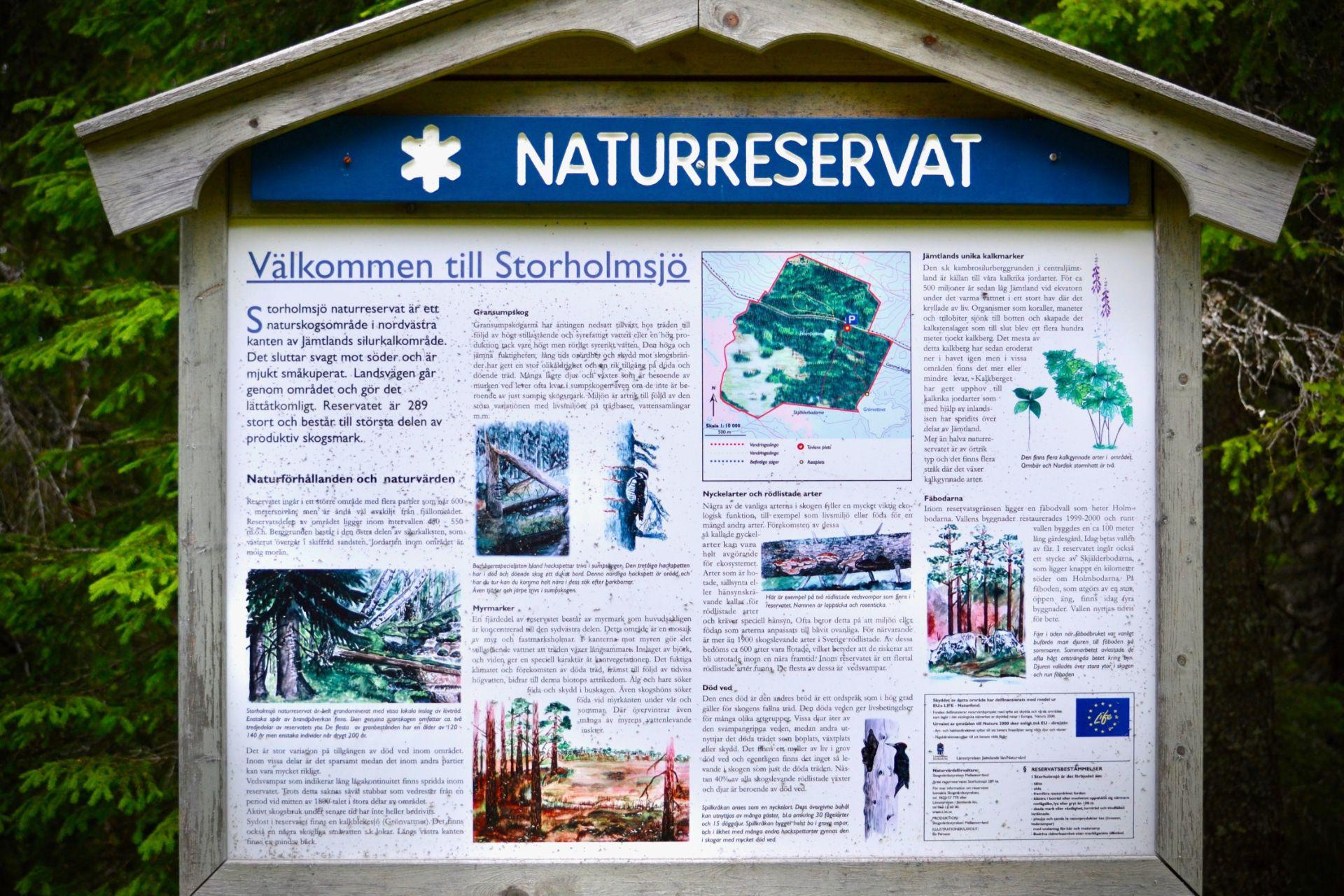 Informationsskylt vid Storholmsjö Naturreservat. Foto © flyttatillfjallen.se