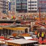 Baustelle mit Betonsilo und Baugeräten
