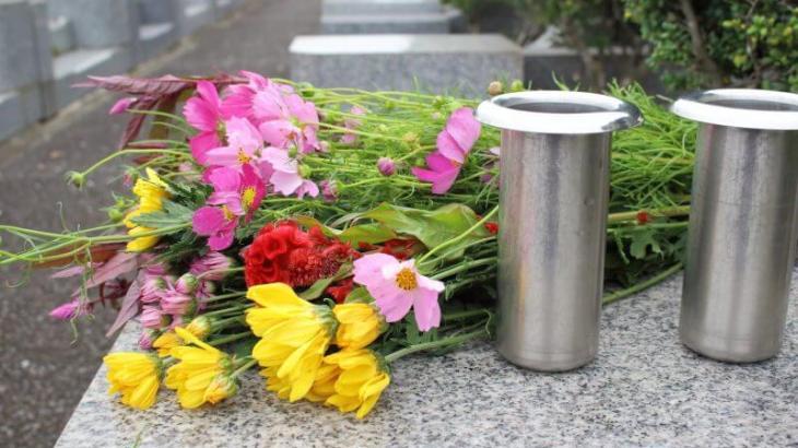 お墓に造花を飾るのは先祖に失礼?生花を供える意味は?