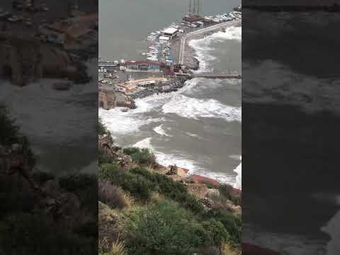 Alanya'da dalgalar iskele ve mendireğin üzerinden aştı.