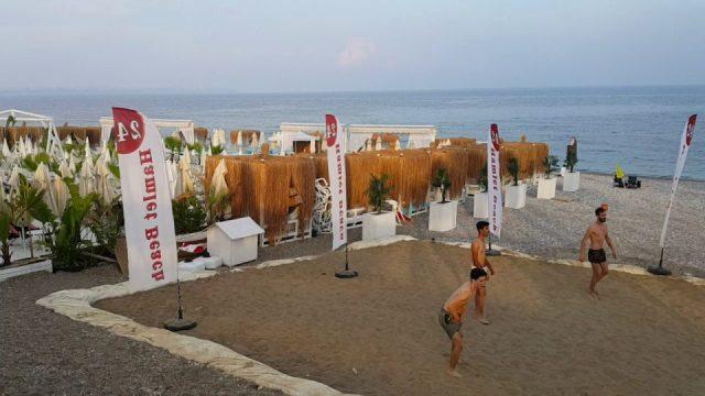 Konyaaltı Sahil Yolunda Plaj Voleybolu Oynayanlar – Antalya Gezi Tatil