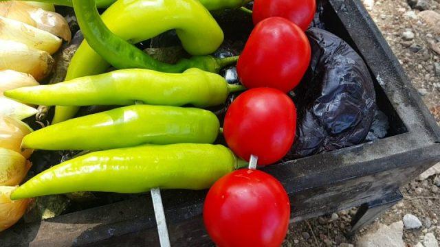 Mangalda Garnitür – Patlıcan Biber Domates Soğan Pişirmek