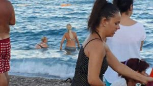 Konyaaltı Plajı Denize Girenler - Antalya Deniz Manzarası Gezi Tatil