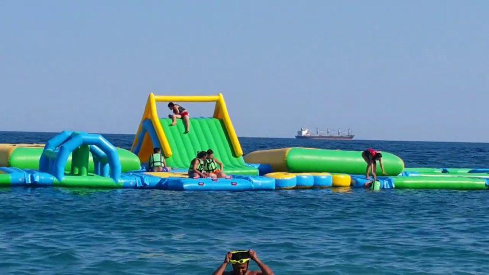 Konyaaltı Plajında Denizde Şişme Oyun Parkı – Antalya Gezi Tatil
