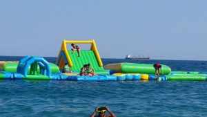Konyaaltı Plajında Denizde Şişme Oyun Parkı - Antalya Gezi Tatil