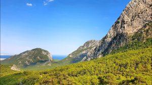 Antalya Altınyaka yolunda ormanların arasında deniz manzarası