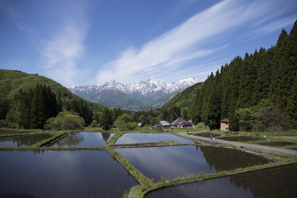 青鬼地区から見える古民家と五竜岳