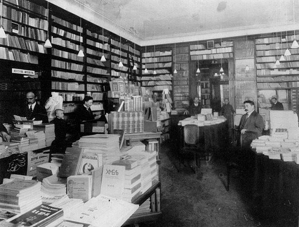 Отдел художественной литературы книжного магазина А.Ф.Цинзерлинга. 1913
