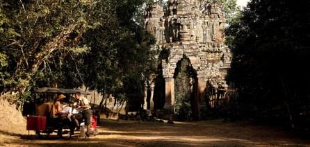 pang_1366x650_destination_angkor_east_gate02