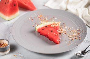 Сорбе из мякоти свежего арбуза с косточками из бельгийского шоколада (400 р.)