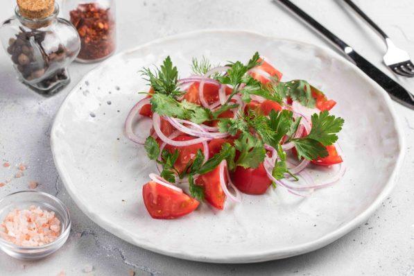 Бакинские томаты с крымским луком и ароматной зеленью (650 р.)