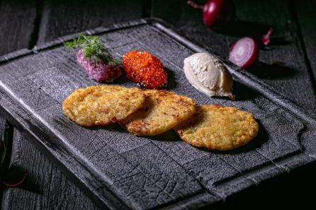 Картофельные драники с копченой сметаной, рубленным красным луком и икрой форели