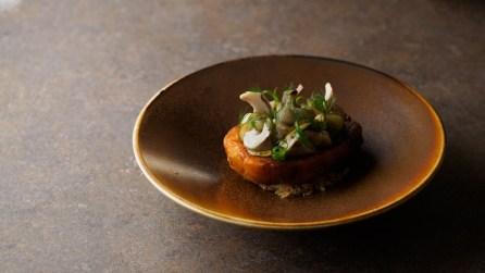 «Крошку-картошка» с солеными груздями и маринованными огурцами
