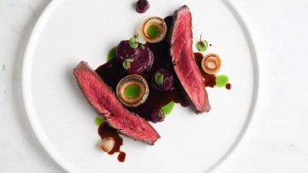 «Стейк мясника» с печёными свёклой и луком и соусом демигляс с выпаренным квасным экстрактом