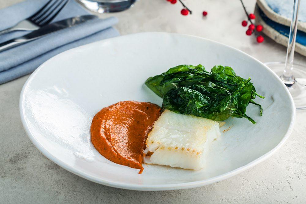 Филе палтуса с соусом «Ромеско» из печеного сладкого перца и чипсами из шпината