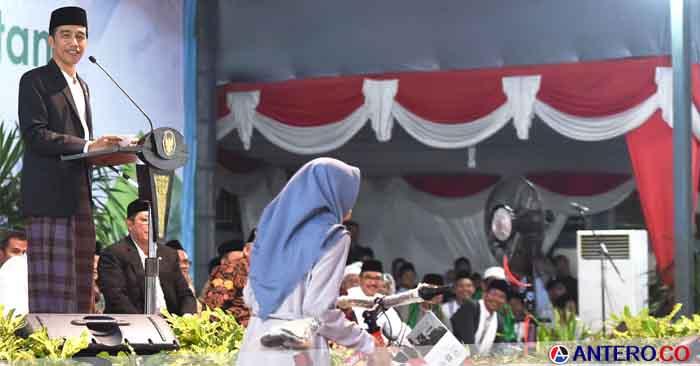 Jokowi Bagikan KIP dan PKH ke 1.000 Warga Banten
